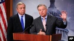 """El senador republicano, Lindsey Graham de Carolina del Sur junto al demócrata, Dick Durbin piden al Congreso aprobar el """"Dream Act"""" en septiembre."""