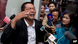 Ji Zhongji, menangis di luar pengadilan Beijing, 17 September 2013, saat memberikan keterangan tentang kakaknya, Ji Zhongxing, yang disidang atas tuduhan membahayakan publik dengan meledakkan bom di bandara Beijing dua bulan yang lalu (Foto: dok).