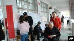 有長者坐輪椅到投票站投票