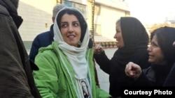 خانم محمدی، ۴۴ ساله، فعال حقوق بشر در این عکس، بعد از یکی از مرخصی هایش به زندان باز می گردد.