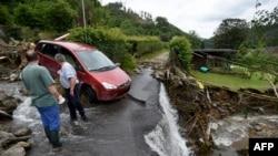 Deux hommes se tiennent debout dans les débris après les inondations qui ont causé d'importants dégâts à Hagen, dans l'ouest de l'Allemagne, le 15 juillet 2021.