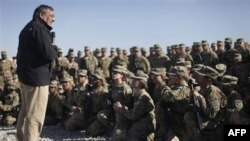 Američki sekretar za odbranu Lion Paneta sa američkim vojnicima u Avganistanu