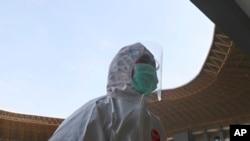 Seorang petugas medis berjalan-jalan di stadion Patriot Candrabhaga yang dijadikan sebagai fasilitas karantina bagi orang-orang yang menunjukkan gejala Covid-19 di Bekasi, Jawa Barat, 9 September (Foto: AP)