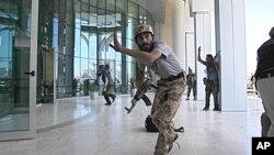 8月25日许多外国记者在的黎波里入住的酒店外发生枪战