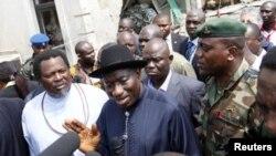 ຮູບພາບບັນທຶກ ປະທານາທິບໍດີ ໄນຈີເຣຍ Goodluck Jonathan ກ່າວຕໍ່ບັນດານັກຂ່າວ ໃນຂະນະຢ້ຽມຢາມ This Day newspaper ທີ່ Abuja ທີ່ 28 ເມສາ 2012.