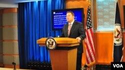 El subsecretario Mike Hammer dio la primera rueda de prensa que ofrece el Departamento de Estado en español.