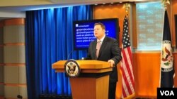 El subsecretario de Estado, Mike Hammer, quien habla español, también anunció una rueda de prensa en ese idioma para este viernes.