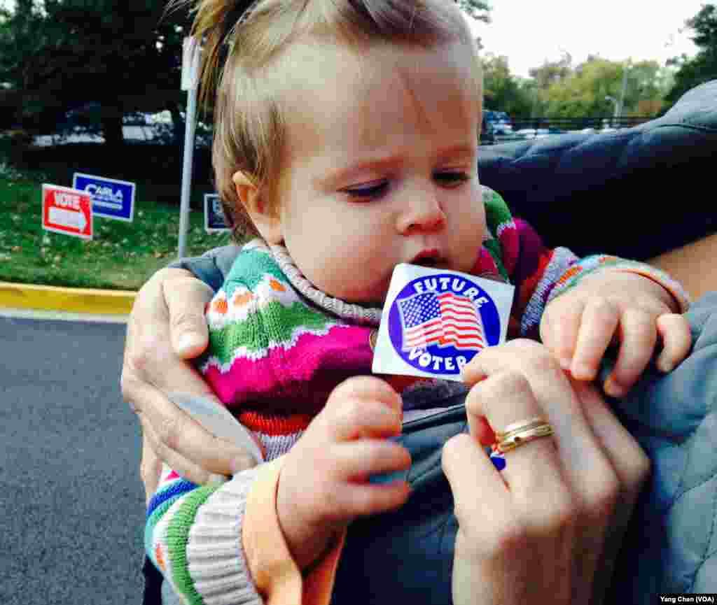 跟着妈妈来投票(美国之音杨晨 拍摄)