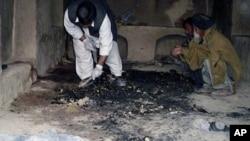 阿富汗人3月11日在发生枪击的现场进行调查
