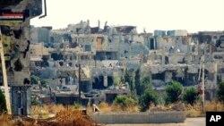 حمص کے مضافات میں فضائی حملے کے بعد تباہی کا منظر