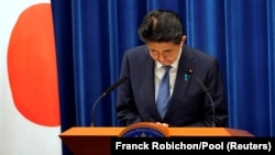 Japanese Prime Minister Shinzo Abe bows during a news conference at the prime minister's official residence in Tokyo, Japan, August 28, 2020. (Franck Robichon/Pool via REUTERS)