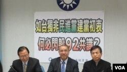 台湾执政党国民党立法院党团召开记者会质疑民进党的两岸政策(美国之音张永泰拍摄)