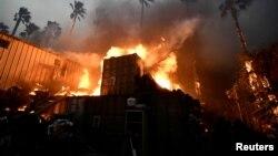 加利福尼亚州南部一栋建筑被大火吞没