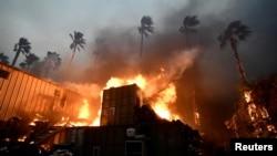 加州大火11月9日吞噬了马里布的一栋房屋。