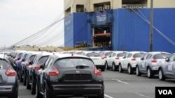 Nissan Juke, mobil sport produksi Nissan siap untuk dieskpor di pelabuhan Yokosuka, selatan Tokyo. Ekspor Jepang masih menurun dibanding tahun lalu, namun jauh lebih baik dari perkiraan.