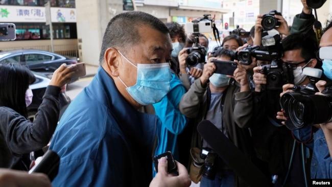 香港壹传媒创办人黎智英在假释期间星期三抵达香港警署报到。(2020年12月2日)