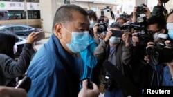 香港壹傳媒創辦人黎智英在假釋期間星期三抵達香港警署報到。 (2020年12月2日)
