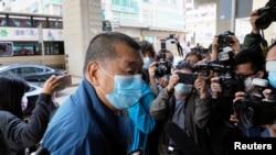 Jimmy Lai Chee-ying, magnata da imprensa desloca-se à esquadra policial depois de ser libertado sob fiança.