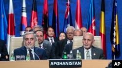افغان صدر اشرف غنی اور چیف ایگزیکٹو عبداللہ عبداللہ ایک بین الاقوامی کانفرنس میں شریک ہیں (فائل فوٹو)