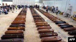Cercueils des victimes du naufrage de Lampedusa dans un hangar de l'aéroport de l'île italienne le 5 octobre 2013.