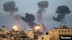 جنوبی غزہ کی پٹی میں اسرائیل کے فضائی حملے کے بعد علاقے سے دھواں اور شعلے اٹھتے دیکھے جا سکتے ہیں۔ فوٹو اے پی، گیارہ مئی2021