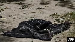 Một mảnh khăn xếp của kẻ đánh bom tự sát tại hiện trường vụ nổ bom ở thành phố Kandahar, phía nam thủ đô Kabul, ngày 27/7/2011