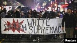 El estudio reveló que para los jóvenes de razas no blancas, sobre todo los negros, es aún mayor el miedo a la violencia de los extremistas blancos.
