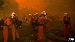 Bomberos batallan las llamas cerca de Santa Clarita, California.