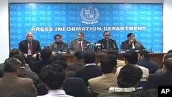 وفاقی وزیر نوید قمر پریس کانفرنس کرتے ہوئے
