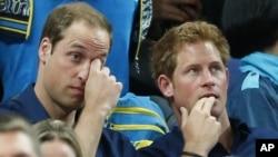 El Príncipe Harry (derecha), junto a su hermano mayor, William, en los Juegos Olímpicos de Londres 2012.