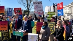 El senador demócrata por Massachusetts, Edward Markey, habla frente al Capitolio en un mitin de partidarios del Green New Deal, el martes 26 de marzo de 2019.