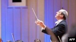Роберт Спано відкриває сезон 2010-2011 Симфонічного оркестру Атланти національним гімном США.