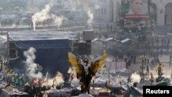 Kemah para demonstran anti-pemerintah di Lapangan Kemerdekaan di pusat kota Kyiv (24/1).
