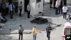 Petugas keamanan, forensik, dan medis menyelidiki sisa ledakan di luar kantor polisi. Gaziantep, Turki.