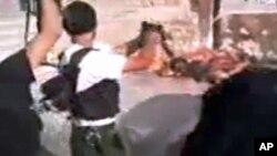 Foto pemberontak Suriah melakukan eksekusi secara sadis tentara pemerintah Suriah (foto: dok).