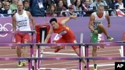 劉翔在奧運跨欄比賽中摔倒