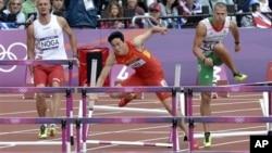 中国跨栏巨星刘翔在伦敦奥运会上轰然跌倒。
