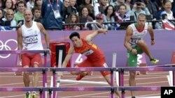 刘翔在奥运跨栏比赛中摔倒