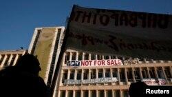 14일 그리스 아테네 공영방송 ERT 건물 앞에서 정부의 방송사 폐쇄 조치에 항의하는 시위대.