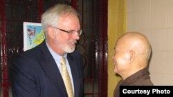 Đại sứ Hoa Kỳ David Shear và Thượng tọa Thích Quảng Độ bắt tay sau cuộc họp ngày 17/8/2012 tại Thanh Minh Thiền Viện (Ảnh: vietnam.usembassy.gov)