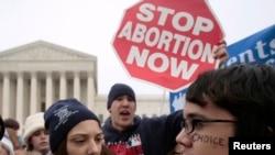 Pristalice i protivnici prava na abortus raspravljaju se ispred zgrade Vrhovnog suda 22. januara 2007.