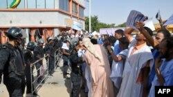Les manifestants affronteront la police lors d'une manifestation à Nouakchott le 16 janvier 2015. (AHMED OULD MOHAMED OULD ELHADJ/AFP)