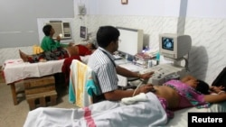 Indian gynaecologists conduct ultrasound examinations on pregnant women at a government-run hospital, March 17, 2015. A new study from New Zealand, has found that women who lie on their backs late in their pregnancies could be increasing their risk of stillbirth.