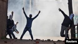 سری نگر میں نوجوان حکومت مخالف مظاہروں کے دوران سیکیورٹی فورسز کے آنسو گیس کے گولوں کا جواب پھتراؤ کر کے دے رہے ہیں۔ 13 اپریل 2018