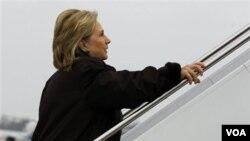 Sekretè Deta ameriken an Hillary Clinton ap monte nan avyon ki pral menen l Ayiti nan wiken 28 janvye 2011 la