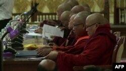 Para anggota Komite Negara Sangha Maha Nayaka (Otoritas Buddhis Negara) menghadiri pertemuan komite di Yangon, Myanmar (13/7).