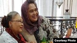 NH Dini (kiri) dan Sulis Bambang di acara ulang tahun Bengkel Sastra Taman Maluku, Juli 2018. (Foto courtessy: dok pribadi)