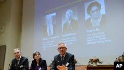Anggota Komite Institut Nobel Karolinska dari kiri: Jan Andersson, Juleen Zierath dan Hans Forssberg, mengumumkan peraih anugerah Nobel kedokteran 2015 di Stockholm (5/10). Peraih tahun ini (nampak pada layar): William Campbell (Irlandia) dan Satoshi Omura (Jepang) dan Tu Youyou (China).