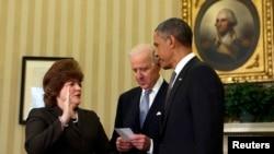 Julia Pierson (kiri) diambil sumpahnya oleh Wapres AS Joe Biden sebagai Kepala 'Secret Service' AS yang baru, disaksikan oleh Presiden Barack Obama (27/3).