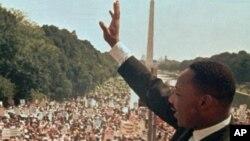 El reverendo Martin Luther King Jr. saludando a la multitud en el histórico acto del 28 de agosto de 1963.